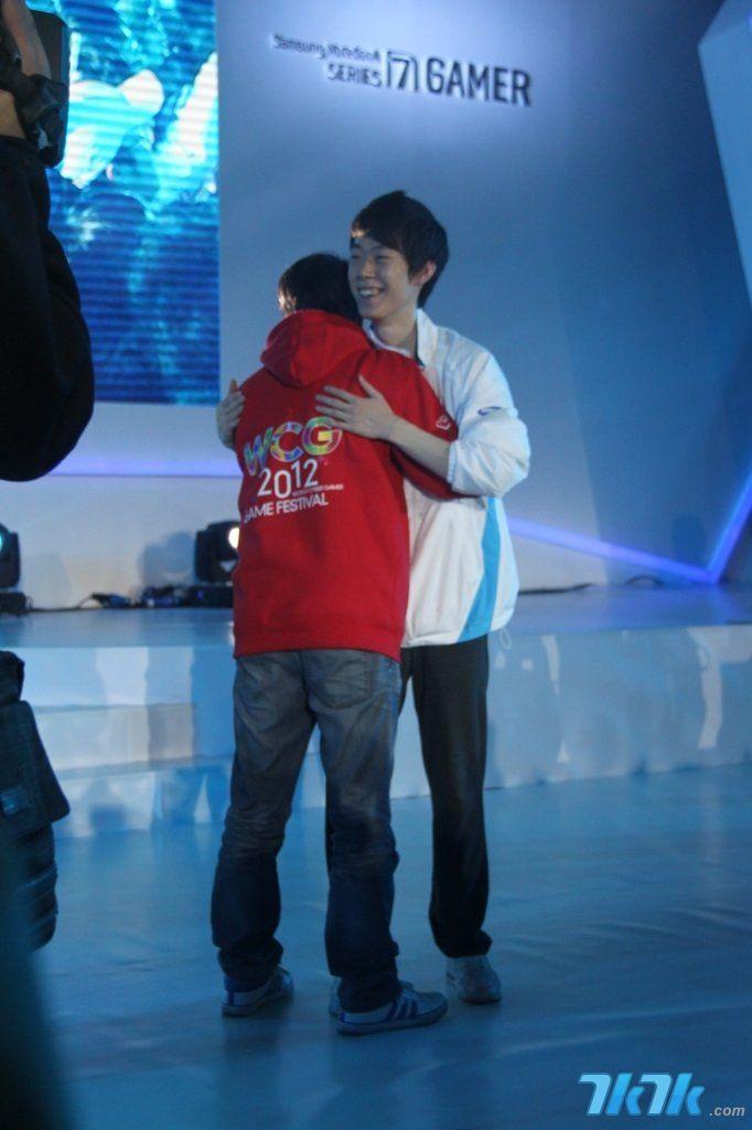moonsky_图为比赛结束后sky和moon拥抱,英雄惜惜相拥!