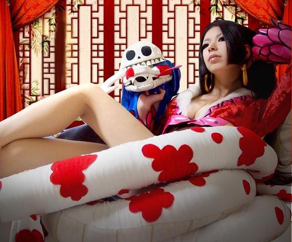 日本美女cos《海贼王》女帝 高踢腿秀美腿(2)图片