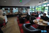餐厅内部的咖啡屋,平时不会很忙,因为很多人都是来这里就餐而不是喝咖啡。