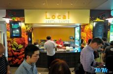也是为了防止员工离开公司到外面挖掘更美味的食物,微软把当地的饭店引入到公司里,一个个小店就开起来啦。