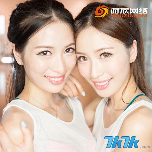 中国最大的游戏盛会ChinaJoy在每年的夏季都会吸引无数玩家的目光,展会期间,各路美女汇聚成的showgirl群是玩家们关注的焦点之一。今日,就为玩家们曝光两位来自游族网络旗下的双胞胎showgirl,作为2013上海车展的车模冠军,她们美艳的外貌、高挑的体型、清爽的气质一出场就吸引了无数人的眼球。在即将到来的2013chinajoy,这对双胞胎女神是否能再次HOLD住全场,让我们拭目以待吧!