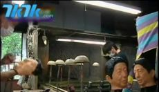 工作人员正在制作安培面具