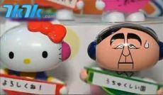 在东京热闹的玩具店里,跟着hello kitty左摇右摆的不是别人,正是日本现任首相安倍晋三。别看他板着一张扑克脸,却是这个夏天最热卖的人气玩偶。东京以北的琦玉县玩具厂正加大投入生产另一款热卖商品,那就是安倍面具。