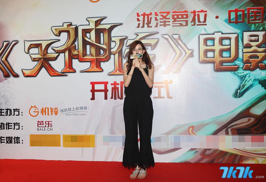 日本混血AV女优泷泽萝拉7月19日从东京飞抵北京,出席国内首部游戏电影《天神传》开机仪式。泷泽萝拉当天一身黑色连体长裤亮相,衣着保守,清新靓丽。图为现场气氛火爆。
