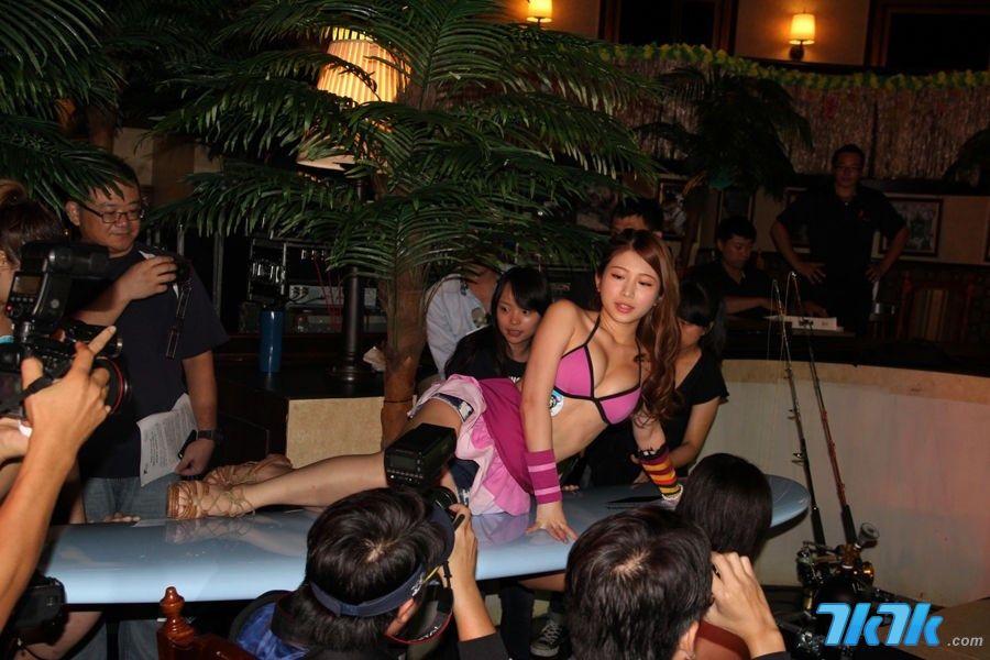 """韩国多人海洋拖钓3D网游《鱼乐百分百OL》8月8日举办记者会,宣布同日正式在台湾、香港、澳门地区公测。记者会中台湾""""宅男女神""""、游戏代言人""""鸡排妹"""",躺在冲浪板上由肌肉猛男抬出场,并带来一段精彩的舞蹈表演。"""