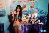 图为记者会时Showgirl展示游戏的周边产品。