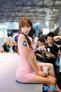 "2013Chinajoy游戏展,短短4天的时间,入场人数超20万,创造了历史新高。期间各大游戏厂商为了博得玩家关注,使出了浑身解数。Showgirl,作为游戏厂商吸引用户眼球的重要手段,总能引来众多的目光,获得意想不到的效果。今年的Chinajoy游戏展,""粉红女郎""陈潇凭借清纯甜美的形象,再加上酷似林志玲的外表及气质,被众多网友誉为本届Chinajoy最美Showgirl,此后陈潇的各种私房写真照也被网友相继扒出。图为陈潇在2013年CJ游戏展上。"