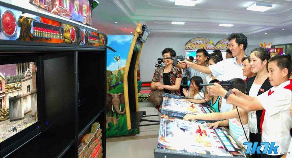 8月13日消息,最近在朝鲜平壤绫罗人民游乐园开业的电子游戏场深受游客青睐,日均千余游客到该游戏场玩游戏。图片来源:CFP