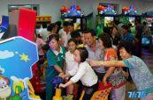 图为朝鲜民众在平壤绫罗人民游乐园内的电子游戏场试玩游戏,看见朝鲜人民如此的幸福,中国的宅男们有什么要说的吗?