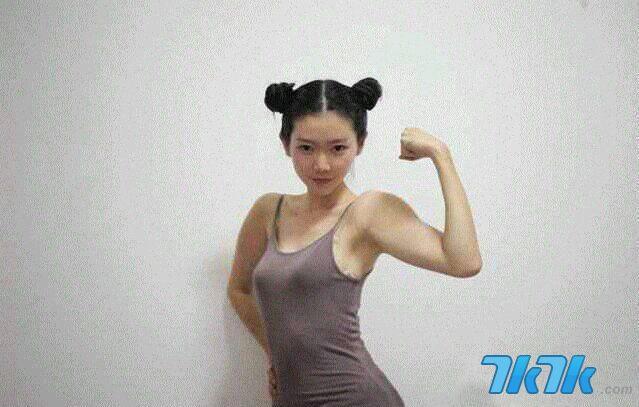 """弥秋女怪兽参加微博""""女汉子大赛"""",被怀疑肌肉是PS来的。"""