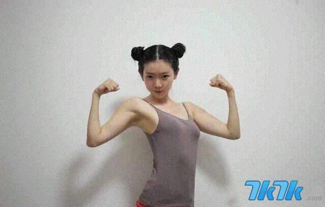 """近日,微博举办的奇葩""""女汉子大赛""""收到各式展现女子气魄的照片,其中一名昵称""""弥秋女怪兽""""的网友绑起两坨包头,拱起双臂秀出二头肌,颇有和俄罗斯""""最萌女汉子""""较劲的味道,网友还疯传一系列她的春丽卖萌照,封她是""""中国最美女汉子""""。"""