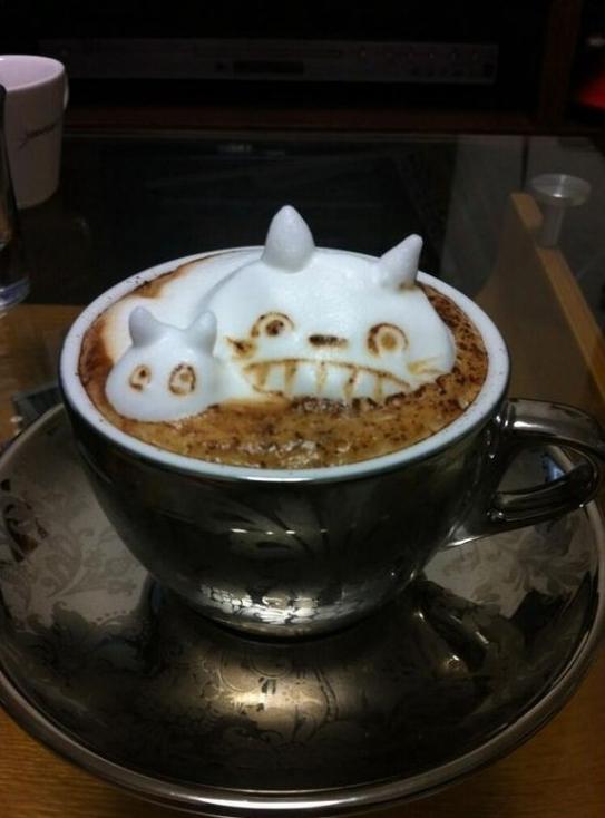 在咖啡的奶泡上作画已经不是什么新鲜事,咖啡师都会通过模具用巧克力粉在咖啡最上面那一层牛奶跑木上勾勒出一些有趣的画,但如果这些画是3D 的呢?